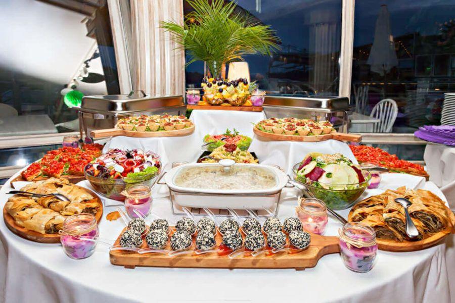 Jak wybrać catering w restauracji? Czym się kierować?